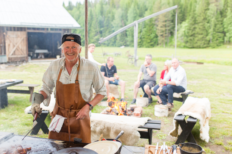 bengt-erik hesse lagar mat till gäster på tunet